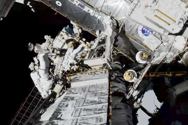 不論是在太空的何處漂浮,太空人處於狹小的太空艙空間裡,一旦爆發傳染病,後果肯定不堪設想。(AP)