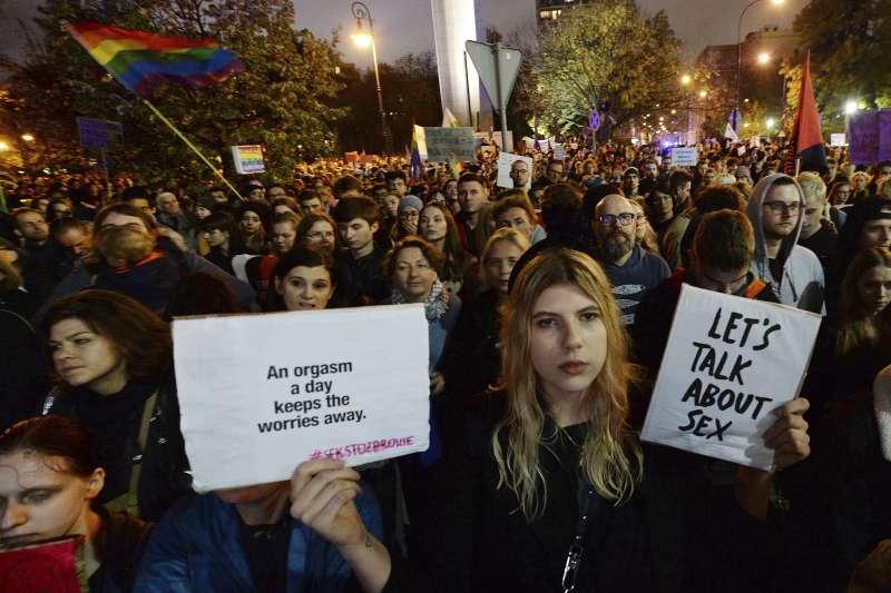波蘭保守派政府禁止教導性教育,違者可能吃上5年牢飯,引發民眾示威抗議(AP)