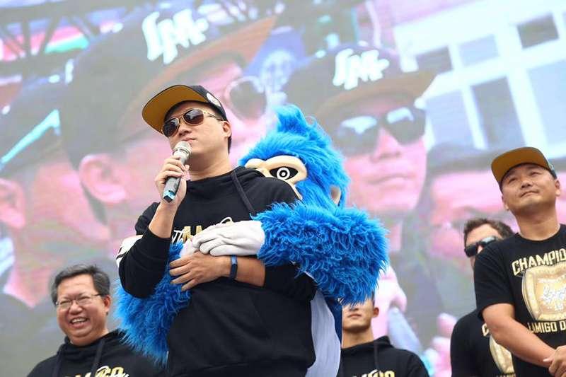 Lamigo 成功拿下三連霸,雖然明年球季球隊將要易主,但領隊劉玠廷表示,開心依舊大於不捨。(取自 Lamigo 粉絲頁)