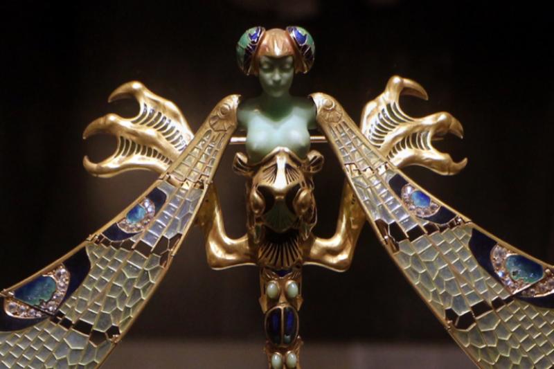 知名珠寶大師Lalique的作品,既在珠寶上充分呈現自然意象與細節,也充滿創作者個人對女性之美的頌揚,是龔遵慈最推崇的設計師(圖 / Sailko@wikipedia)