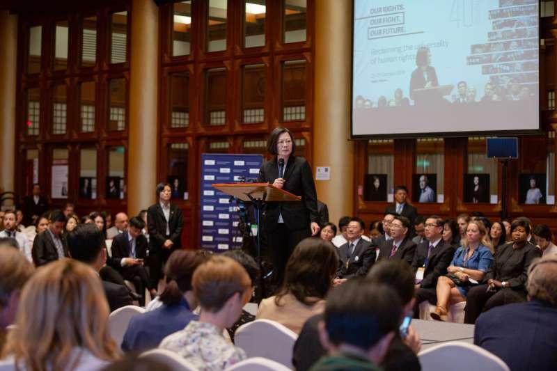 總統蔡英文(見圖)21日出席國際人權聯盟第40屆年會時,大讚台灣成為亞洲第一個同志婚姻合法的國家。(取自flicker@總統府)