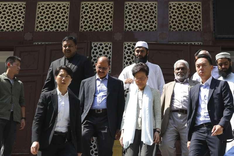 香港的九龍清真寺20日傍晚遭到警方無故以藍色水柱衝擊,香港特首林鄭月娥21日親赴清真寺道歉致意。(美聯社)
