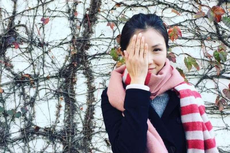 韓麗珠遮住右眼,聲援在抗爭中失去光明的受害者。(翻攝自網路)