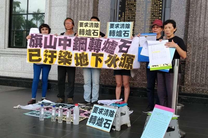 環保團體上周記者會,要求高市環保局清除棄置在旗山農地的轉爐石。 (圖/台灣水資源保育聯盟提供)