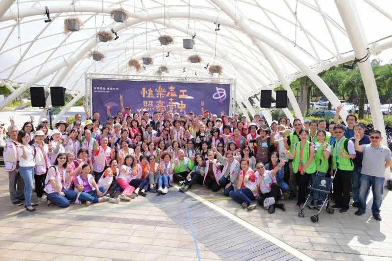 台灣燈會需招募志工五千人,21日一百名志工先行到到后里馬場園區實地整理輪椅與娃娃車等輔具。(圖/台中市政府提供)