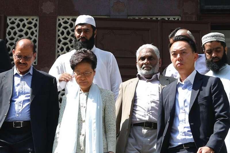 林鄭月娥21日親赴九龍清真寺致歉。(美聯社)