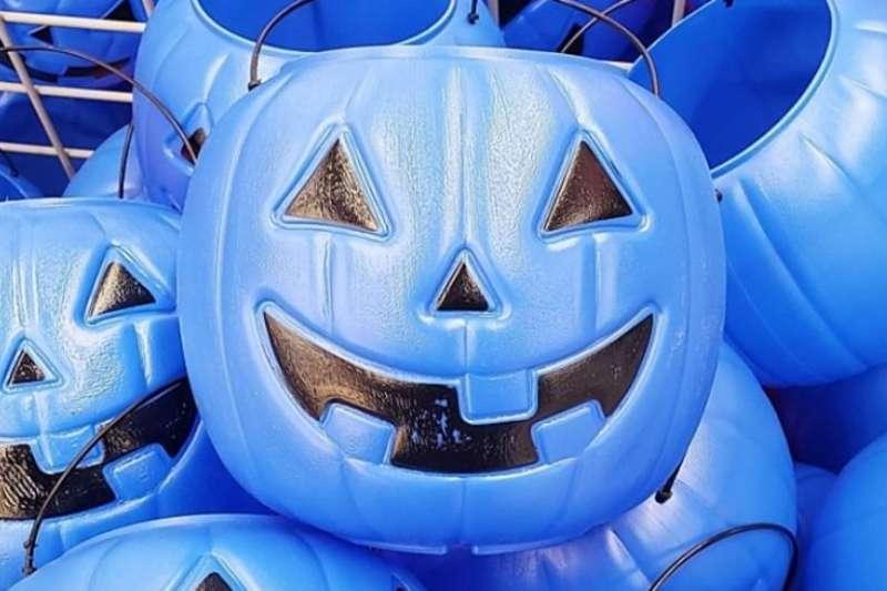 孩子罹患自閉症的美國媽媽希望大眾認識藍色南瓜桶,讓自閉症患者也能一起在萬聖夜同樂(翻攝網路)