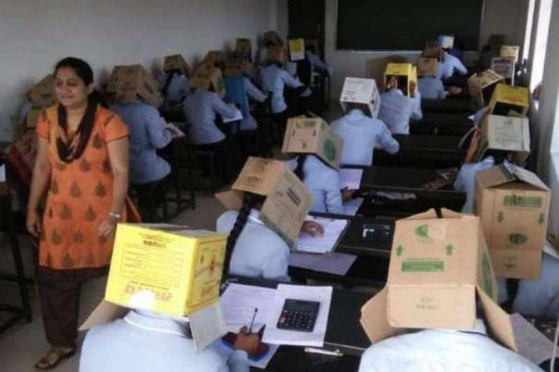 印度南部卡納塔卡邦巴格特預科學院日前為了防止作弊情事,竟要求學生參加考試時,頭戴紙箱應試(截自YouTube)
