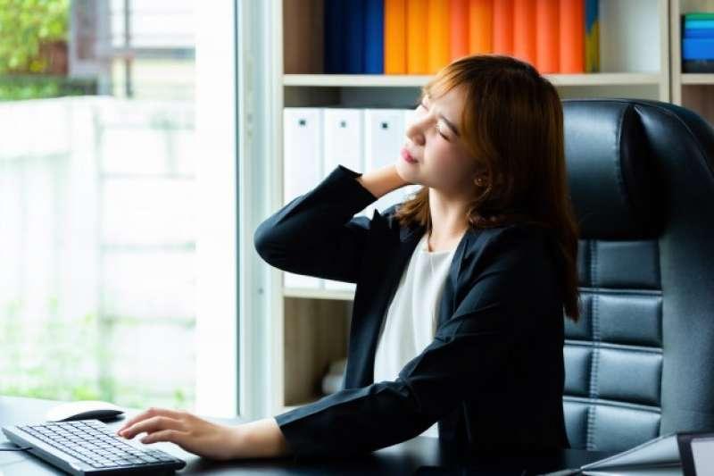 現代人工作時間長,經常性的久坐不動,加上工作壓力大,而造成肌肉緊繃僵硬、肩頸痠痛。(圖/freepik)