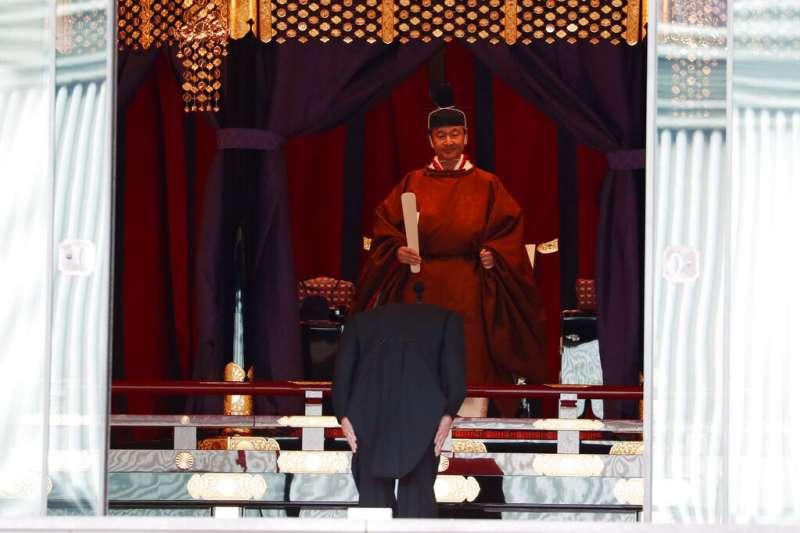 「即位禮正殿之儀」上的德仁天皇與日相安倍晉三。(美聯社)