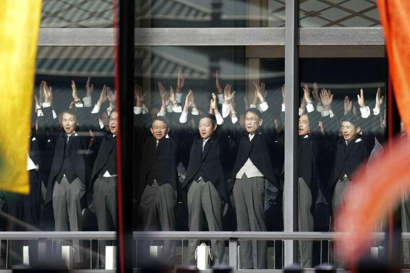 10月22日「即位禮正殿之儀」上的日本官員高呼「萬歲!」。(美聯社)