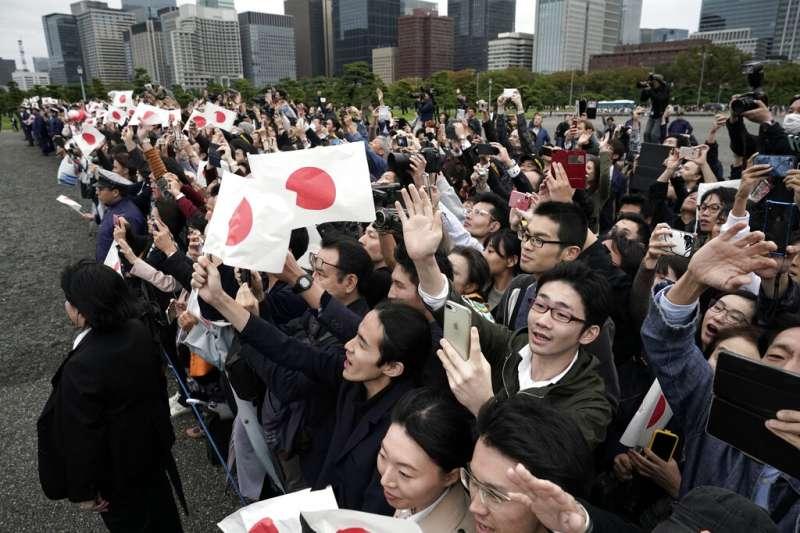 10月22日日本觀看「即位禮正殿之儀」的民眾。(美聯社)