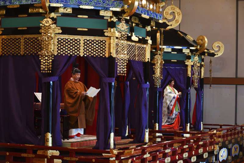 10月22日「即位禮正殿之儀」上的日本德仁天皇與雅子皇后。(美聯社)
