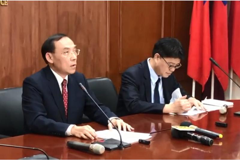 法務部長蔡清祥(左)與陸委會副主委邱垂正舉行記者會,說明陳佳同案。(翻攝自YOUTUBE)
