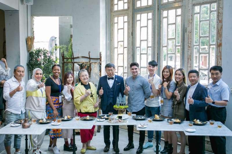 臺北市長柯文哲(左6)、產業發展局林崇傑局長(右2)與知名美食專家胡天蘭(左5)為「潮食尚.世界網紅在臺北」-Trending Tasty Taipei活動站台。(圖/北市府提供)