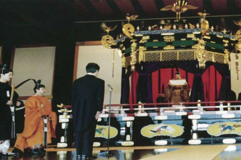 明仁天皇在平成二年時進行的即為禮正殿之儀。(日本首相官邸官網)