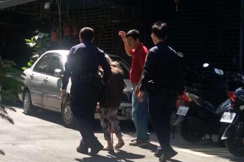 新北市政府警察局土城分局土城派出所警員洪志遠、林豐廷協助走失老婦送回家。(圖/新北市土城分局提供)