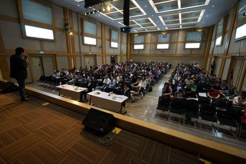 平民保險王劉鳳和的保險理財內容,吸引三百名的民眾參與。(圖/林維修)