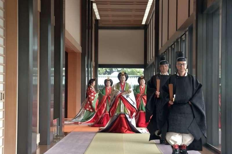 步出松之間的日本雅子皇后。(翻攝Youtube)