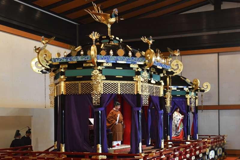 「即位禮正殿之儀」上的德仁天皇與雅子皇后。(美聯社)
