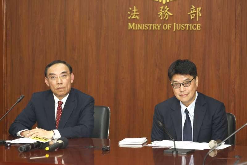 法務部長蔡清祥(左)、陸委會副主委邱垂正(右)召開記者會,呼籲港府談判司法互助。(郭晉瑋攝)