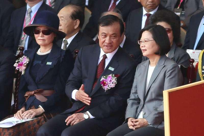 立法院長蘇嘉全(右二)妻子洪恒珠(左)12日宣布退出立委選舉,全力協助總統蔡英文(右)競選連任。(資料照,柯承惠攝)