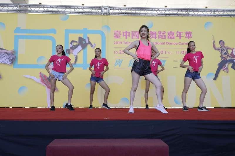 2019臺中國際舞蹈嘉年華記者會,劉真「與你為舞」暖場預備。(圖/台中市政府觀旅局提供)