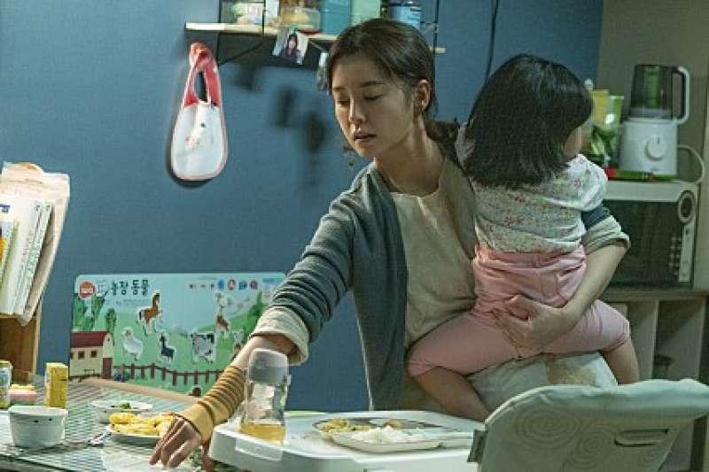 《82年生的金智英》講述南韓女性的社會現況。(翻攝 Naver電影)