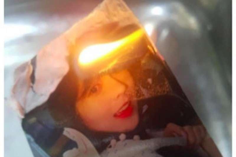 Irene因讀了《82年生的金智英》遭粉絲燒毀照片。(翻攝 韓網)