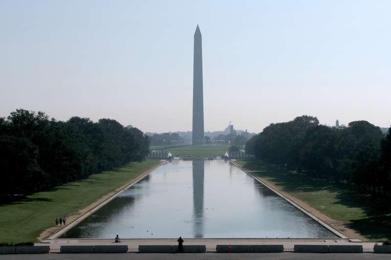 矗立於林肯紀念館對面的華盛頓紀念碑。(Hu Totya@wikipedia/CC BY-SA 4.0)