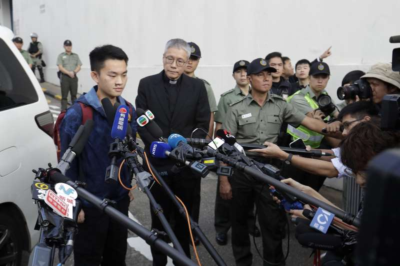 港女命案兇嫌陳同佳23日上午9時出獄,眾多媒體在外守候。陳同佳接受訪問表示,對不起社會,願意赴台「自首」。(美聯社)