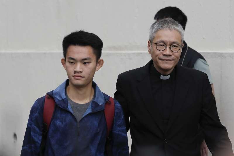 港女命案兇嫌陳同佳(左)2019年10月23日上午9時出獄。(美聯社 AP)
