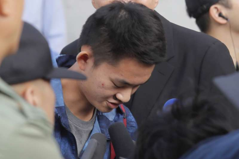 港女命案兇嫌陳同佳23日上午9時出獄,受訪時向社會鞠躬道歉。(美聯社 AP)