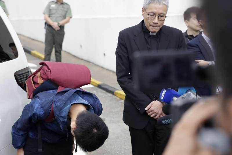 港女命案兇嫌陳同佳23日上午9時出獄,眾多媒體在外守候。陳同佳接受訪問時向社會鞠躬道歉。(美聯社 AP)