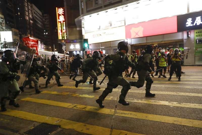 香港警察在街頭鎮壓反送中抗爭。(美聯社)