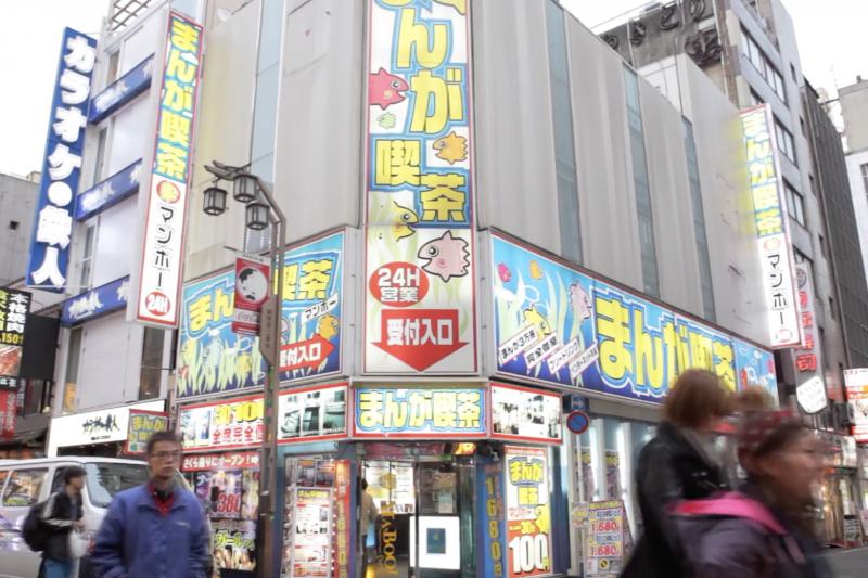 日本「網咖難民」情形已非舊聞,近年更出現許多中高年的「麥當勞難民」。(翻攝影片)