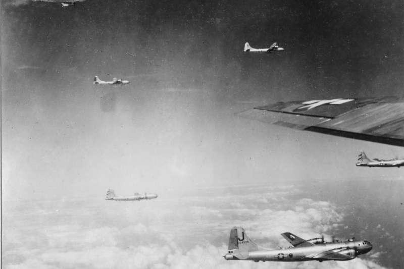 美軍雖然決定跳過台灣,但仍認為島上的日軍飛行場必須被摧毀,才能確保雷伊泰灣海戰順利實施。圖為支援第38特遣隊空襲台灣的B-29轟炸機,由四川成都起飛。(作者提供)