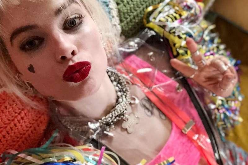 瑪格羅比在電影《自殺突擊隊》裡,飾演瘋狂又性感的「小丑女」,讓許多人印象深刻(圖/《自殺突擊隊》臉書)