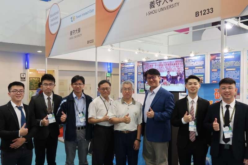 義大研發團隊在2019年創新技術博覽會競賽中表現亮眼,包括洪志勳(右三起往左)、吳榮慶和陳建霖等多位教授,站上第一線與廠商互動。(圖/義守大學提供)