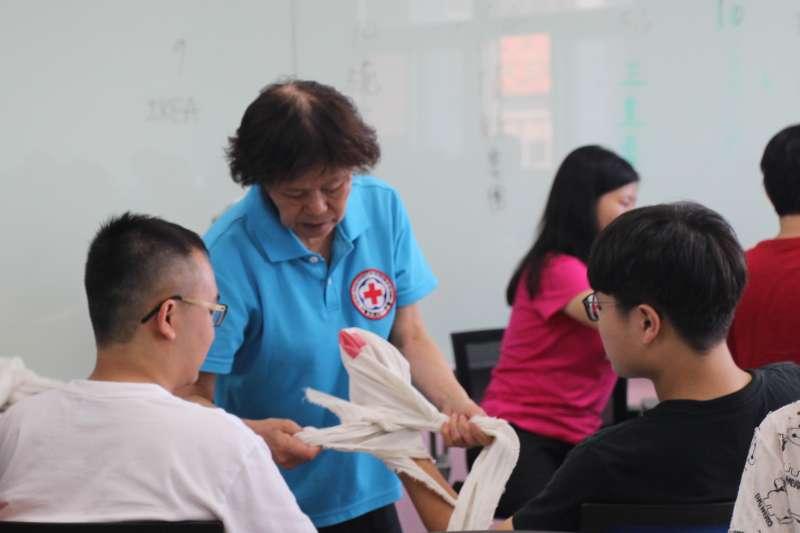 中華民國紅十字會分班成員親自授課,指導義大生急救訓練與協助考照。(圖/義守大學提供)
