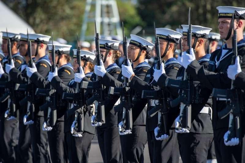 紐西蘭皇家海軍的服儀新規定允許男性化妝、噴香水、戴耳環、擦指甲油(@NZNavy/Facebook)