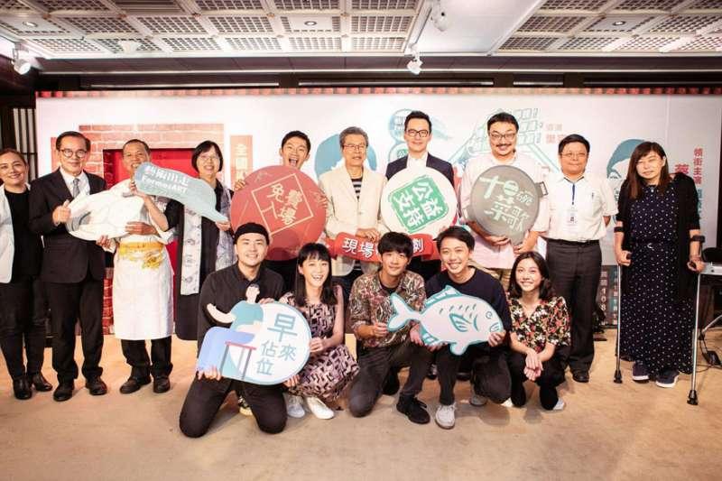 兩廳院最新劇目《十二碗菜歌》由楊烈(後排右五)和蔡昌憲(後排左五)擔綱主角父子。(翻攝自國家兩廳院臉書)