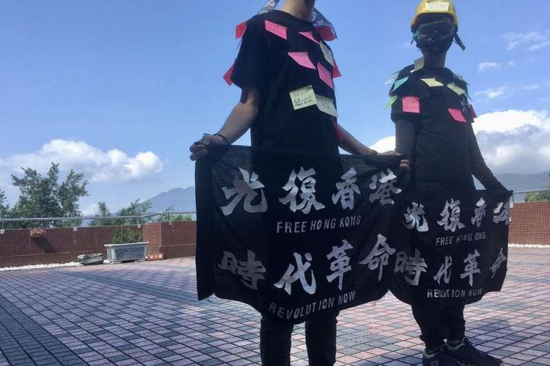 先前因校方禁設連儂牆,銘傳的港生發起「連儂人」的活動,讓人貼上「撐香港」的便利貼。(李佳穎攝)