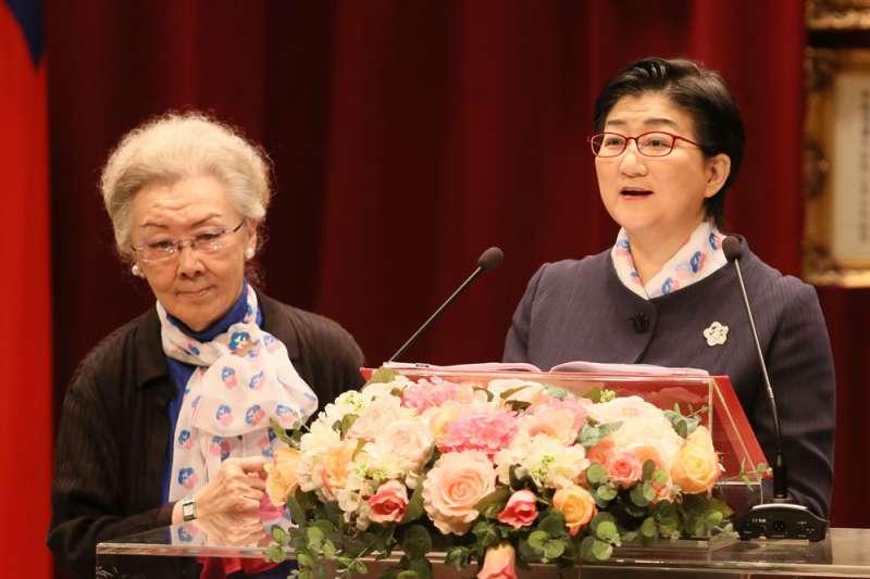 陳秦舜英(左)表現出力挺雷倩(右)的態度。(柯承惠攝)