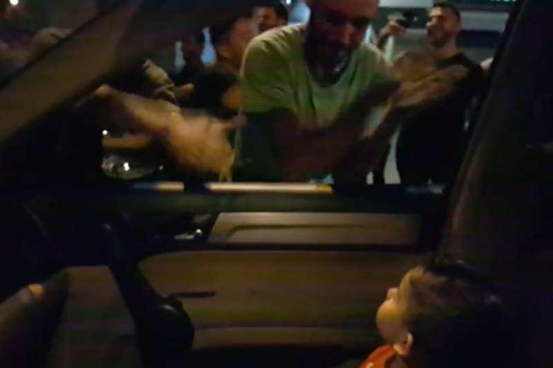 黎巴嫩抗議者日前為了安撫一名受困嘈雜示威的小男孩,圍著汽車唱起兒歌「鯊魚寶寶」。如今這首歌儼然成為抗議代表曲目。(圖取自Eliane Jabbour臉書Facebook.com/elianoyano)