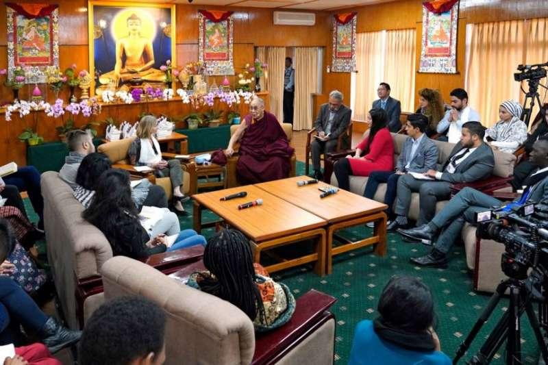 美國和平研究所、西藏精神領袖達賴喇與戰亂地區維和青年領袖,2019年10月23日在印度達蘭薩拉舉行對話。(美國和平研究所)