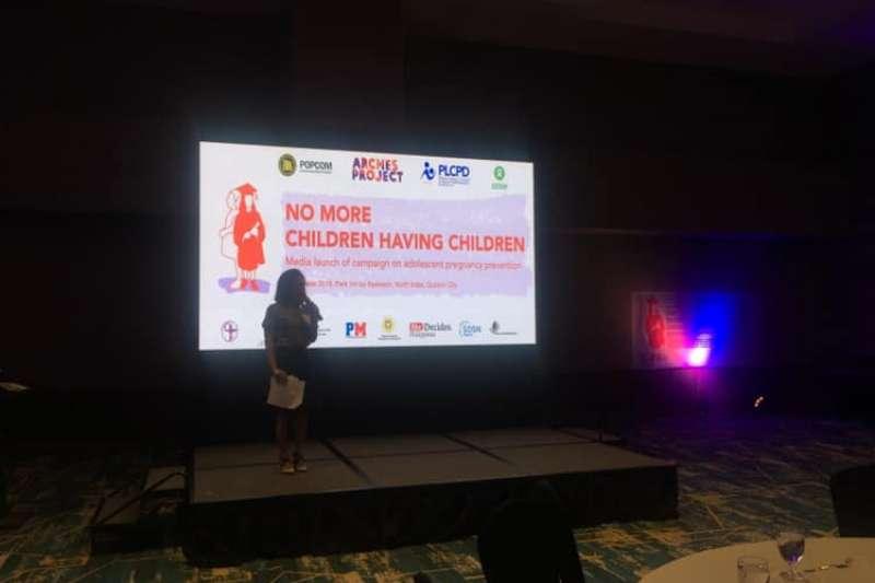 菲律賓人口發展基金會、菲律賓家庭計畫組織等官方和民間組織23日召開記者會,發起「停止孩童生育」(No More Children Having Children)行動。(翻攝PLCPD臉書)