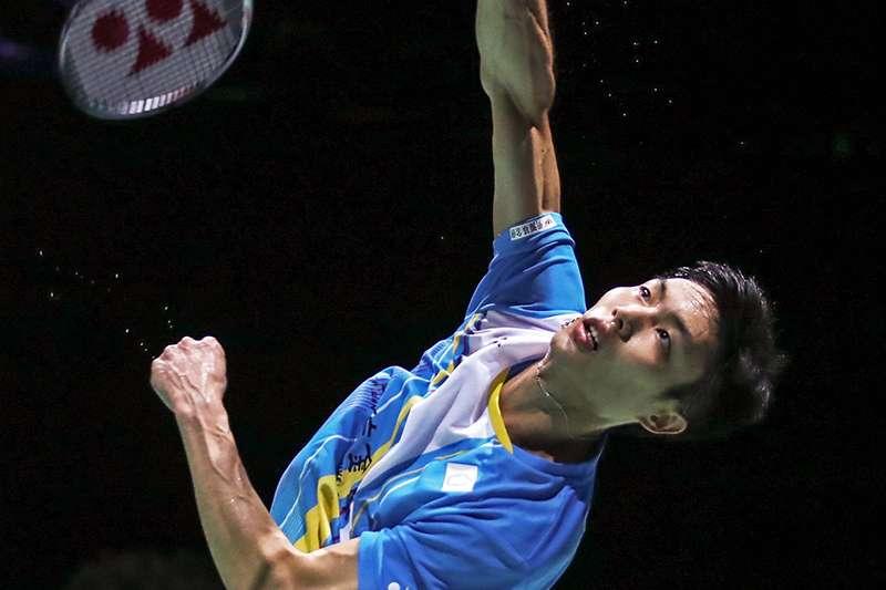 周天成在法國公開賽首輪逆轉前球王印度好手斯里坎特,晉級第二輪賽事。(取自世界羽聯粉絲頁)