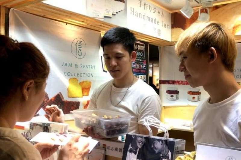 梁展輝與丁則言現在定居高雄,一起開甜點店已經約兩年多。(BBC中文網)