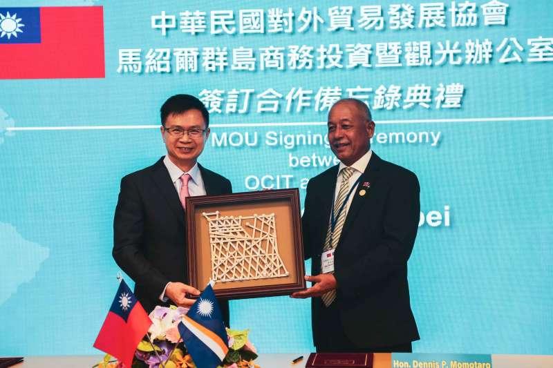 20191025-中華民國對外貿易發展協會董事長黃志芳(左)與馬紹爾群島商務部長莫塔若(右)25日簽署合作備忘錄,並互贈禮品。(簡必丞攝)